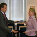 Сандор Лийве вручает подписанный договор Мерье Пукари. Фото: Eesti Energia .